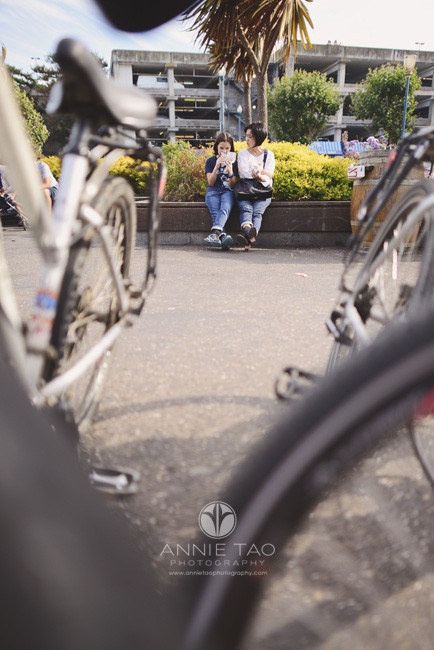 San-Francisco-lifestyle-family-photography-mom-and-daughter-snacking-view-through-bikes