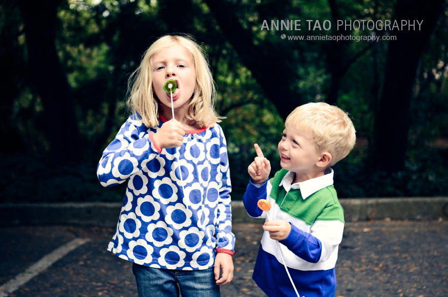 East-Bay-lifestyle-family-photography-preschooler-pointing-at-sisters-lollypop