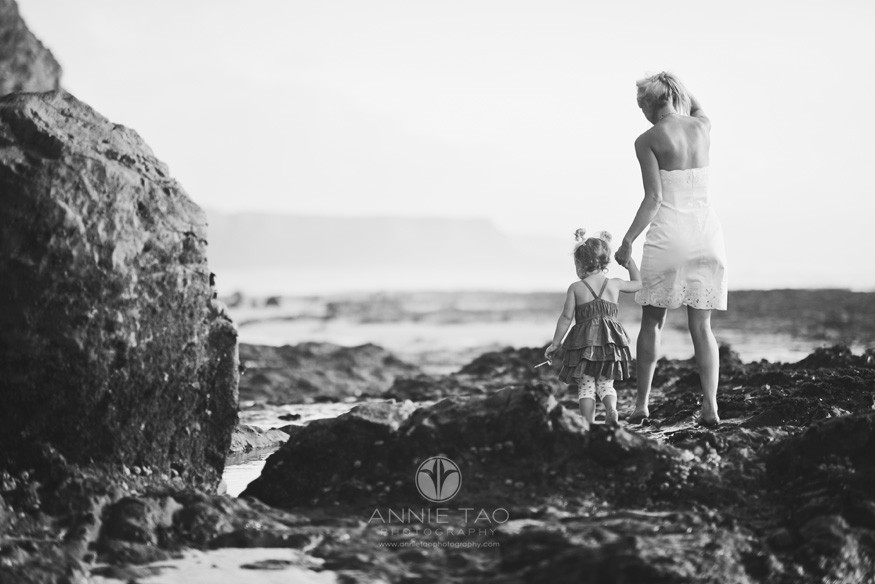Bay-Area-Half-Moon-Bay-lifestyle-family-photography-mom-holding-toddlers-hands-BxW