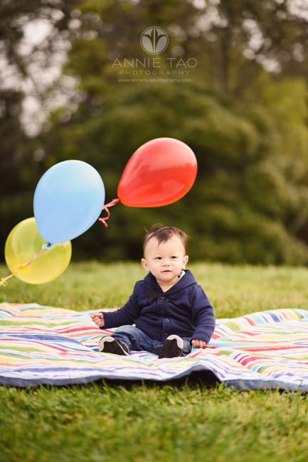 San-Francisco-lifestyle-baby-photography-smiling-baby-with-balloons-on-blanket-in-grass