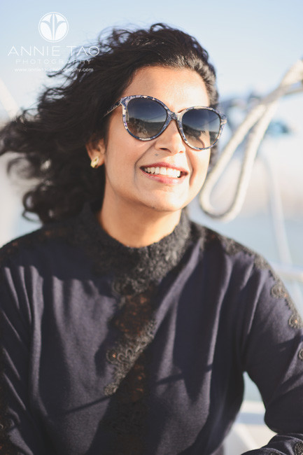 san-francisco-lifestyle-photography-woman-with-sunglasses-on-sailboat