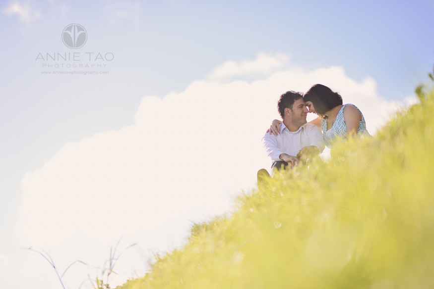 San-Francisco-lifestyle-maternity-photography-couple-having-a-moment-on-top-of-grassy-hill