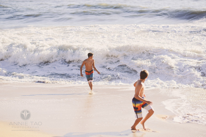 Bay-Area-lifestyle-teen-photography-teen-brothers-playing-with-surf-at-beach