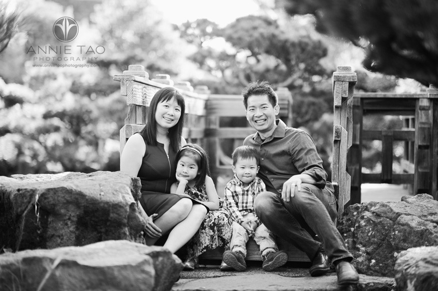 east-bay-lifestyle-family-photography-family-sitting-at-bridge-bxw