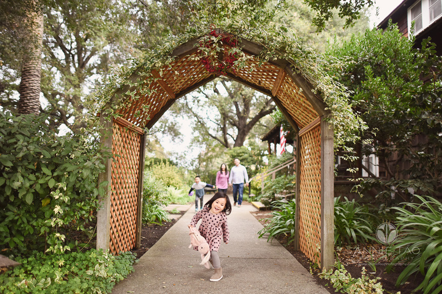 san-francisco-bay-area-lifestyle-children-happy-preschool-girl-running-away-from-family