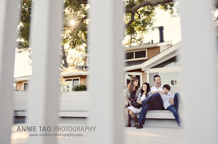 San-Francisco-Bay-Area-lifestyle-family-photography-family-at-sunset-through-the-fence
