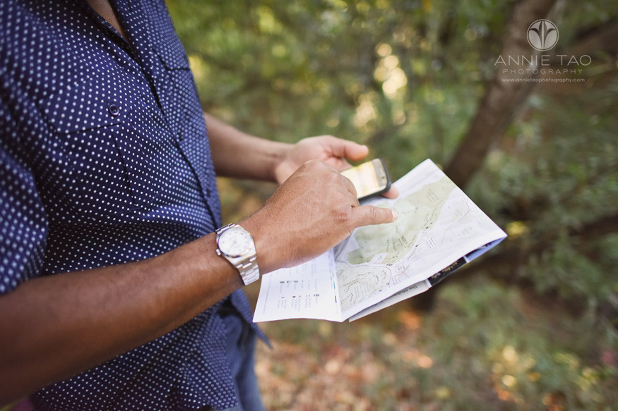 Bay-Area-lifestyle-photography-man-checking-map-and-google-closeup