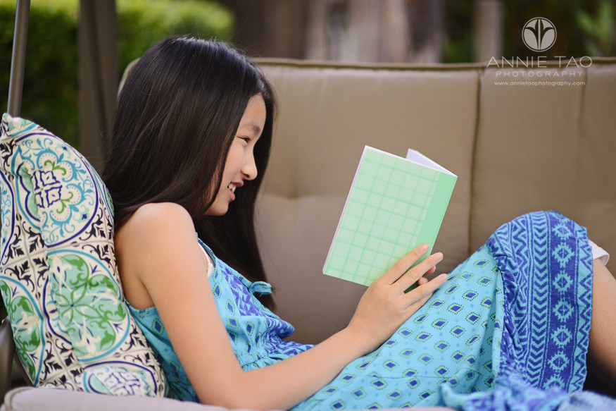 East-Bay-lifestyle-preteen-photography-girl-reading-on-bench