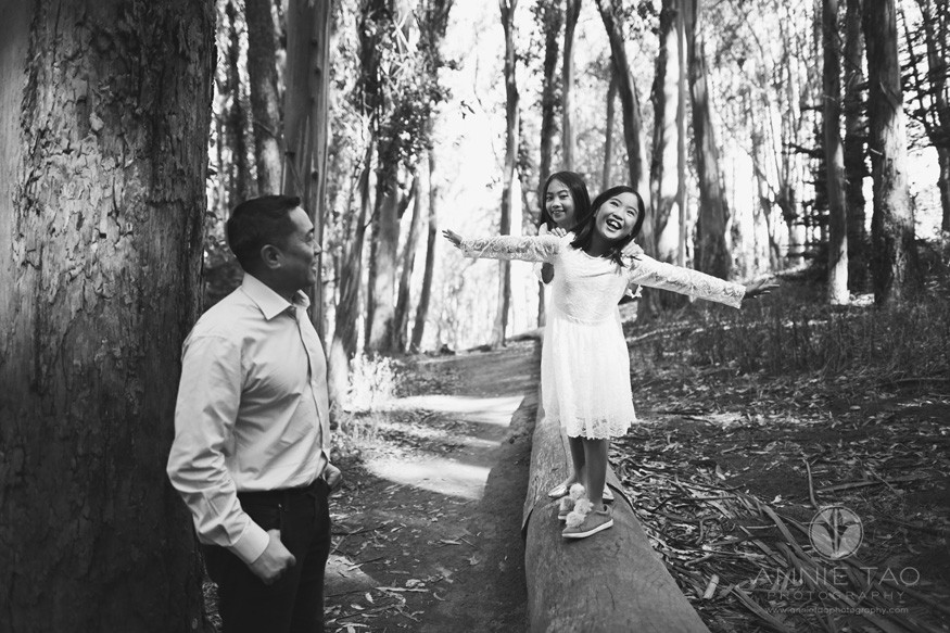San-Francisco-lifestyle-family-photography-father-watching-his-daughters-playing-on-log-BxW