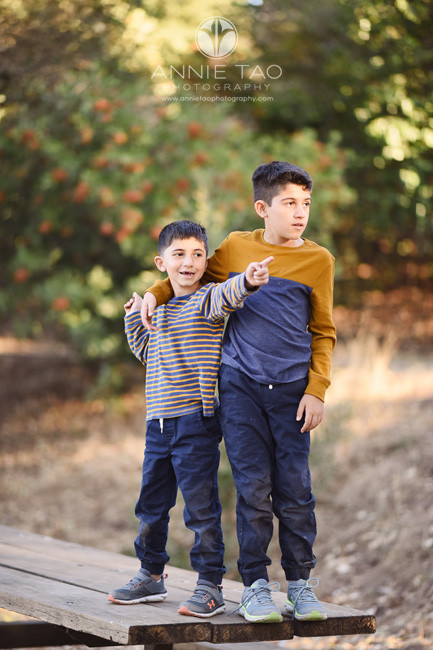 East-Bay-lifestyle-children-photography-little-brother-points-while-big-brother-protects-him