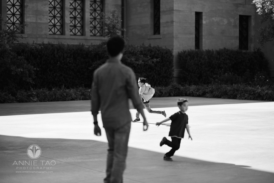 Bay-Area-lifestyle-children-photography-father-watching-sons-running-around-BxW