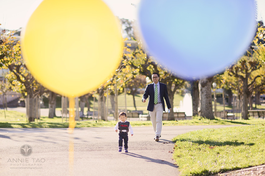 san-francisco-lifestyle-family-photography-father-chasing-toddler-son-view-between-balloons