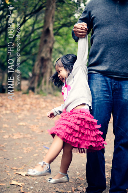San-Francisco-East-Bay-lifestyle-family-photography-dad-lifting-daughter-up-in-air