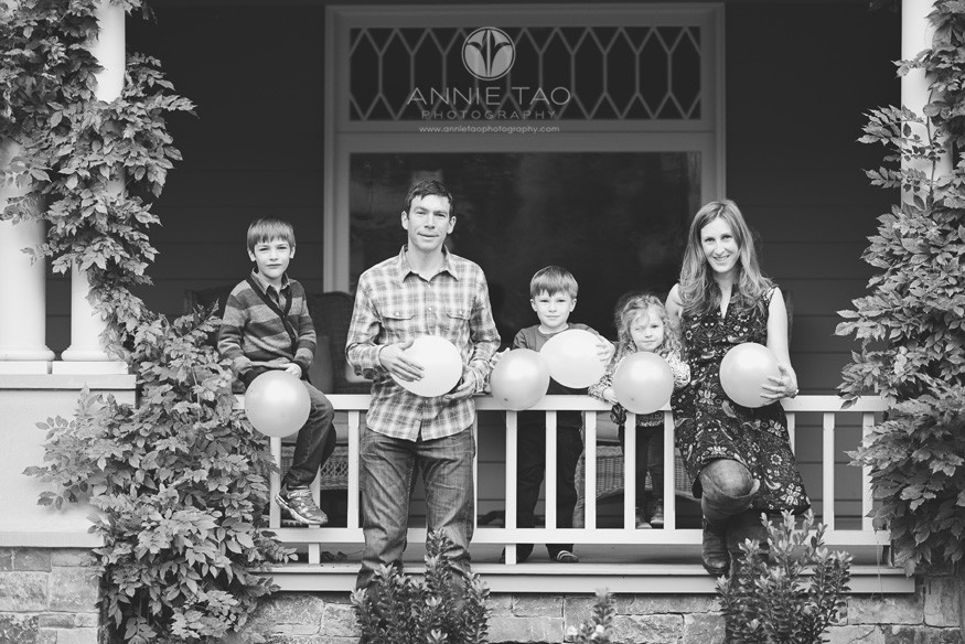 Bay-Area-Palo-Alto-lifestyle-family-photography-family-with-balloons-BxW