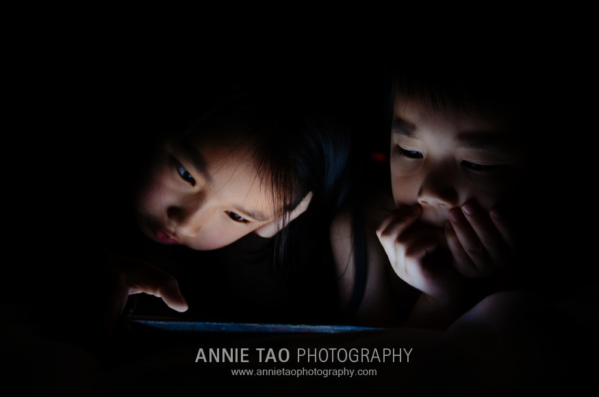 Annie-Tao-Photography-kids-playing-iPad-games-3