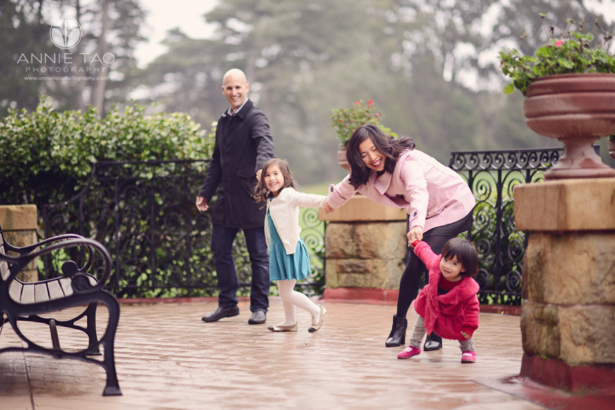 San-Francisco-lifestyle-family-photography-family-playing-on-foggy-deck