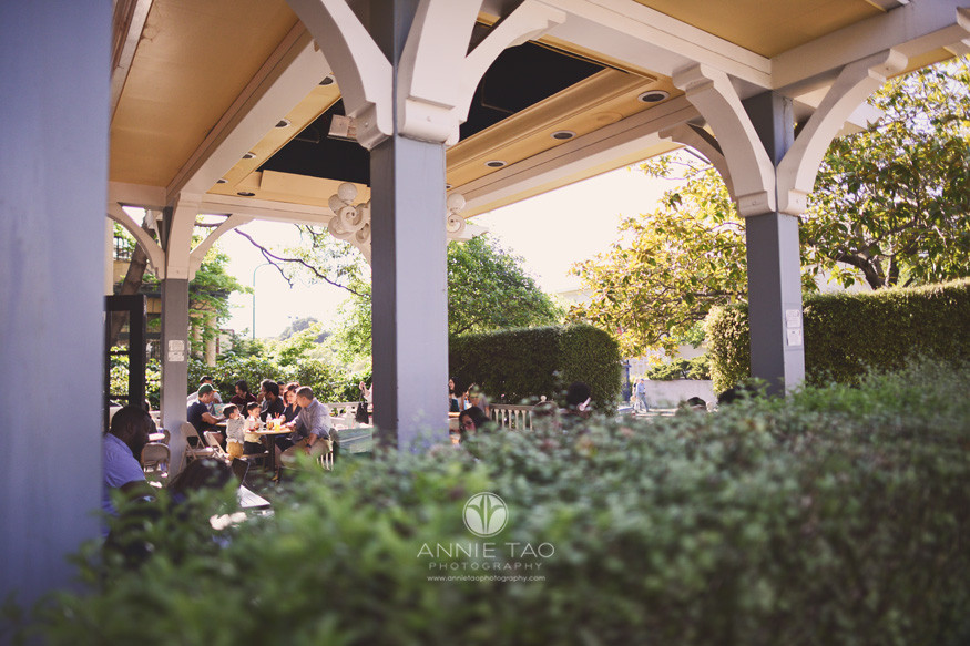 East-Bay-lifestyle-family-photography-family-eating-at-berkeley-cafe-outdoor-patio