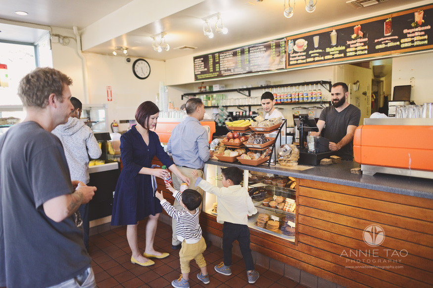 East-Bay-lifestyle-family-photography-mom-buying-juice-for-kids-at-berkeley-cafe