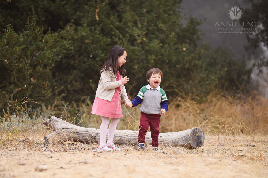 San-Francisco-Bay-Area-lifestyle-children-photography-young-girl-and-brother-laughing-by-log-in-fog