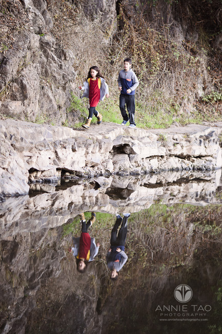 east-bay-berkeley-lifestyle-children-photography-girl-and-boy-running-along-cliffside-by-lake