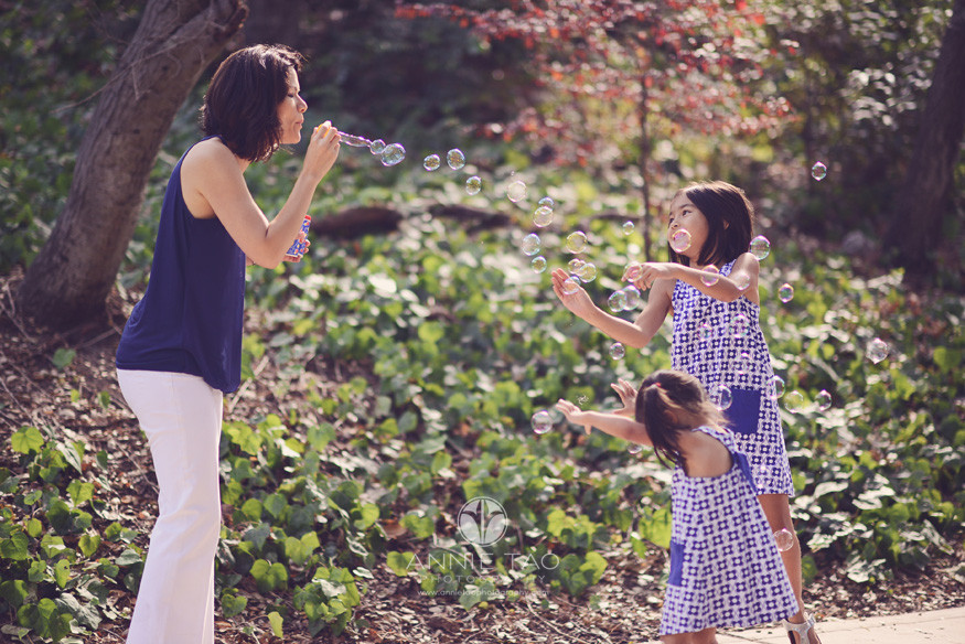 East-Bay-lifestyle-family-photography-mother-blowing-bubbles-with-happy-daughters
