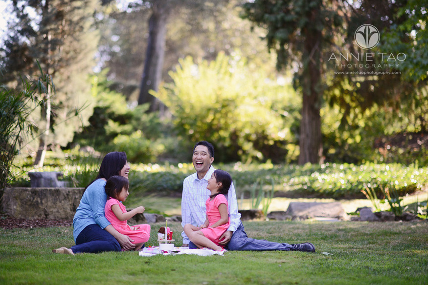 San-Francisco-Bay-Area-Peninsula-lifestyle-family-photography-family-laughing-while-picnicking