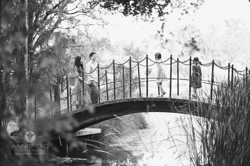 Bay-Area-lifestyle-family-photography-couple-on-bridge-with-children-BxW