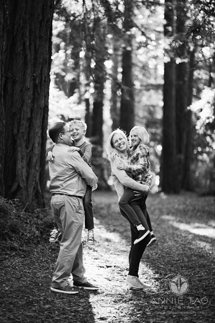east-bay-lifestyle-family-photography-parents-carrying-their-children-in-redwood-forest-bxw