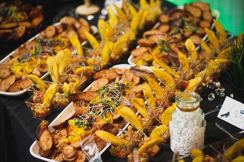 2 Entrées de saucisses italiennes et salsa de mange et crevettes épicées et plantains
