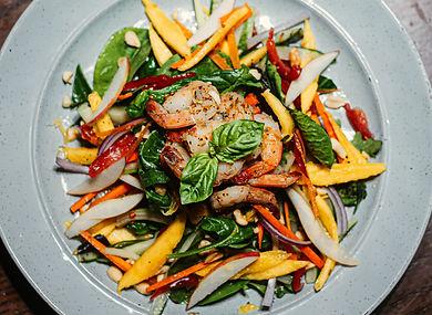 Salade asiatique avec mangue, crevettes, légumes et basilic