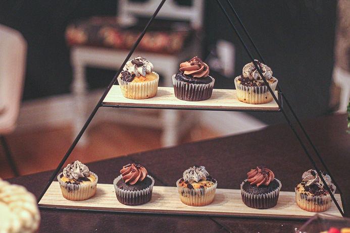 Arrangement de cupcakes lors d'une fête d'anniversaire chez un client