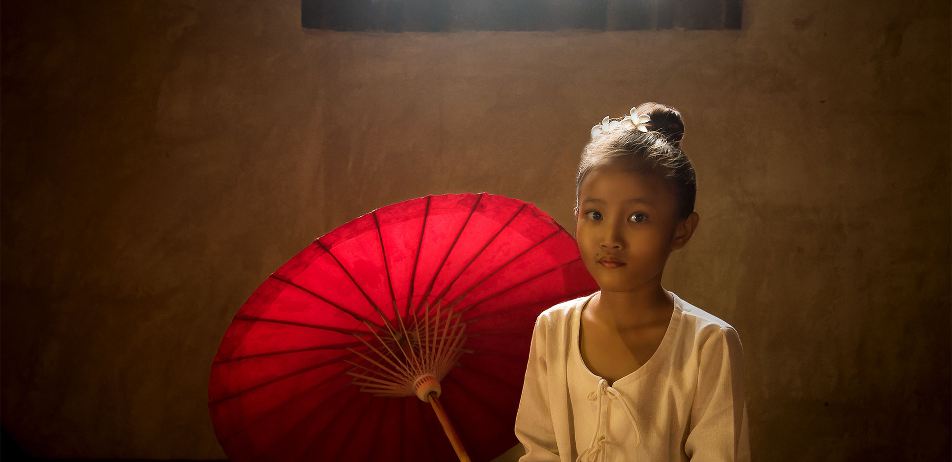 Girl in the temple - Chiang Mai