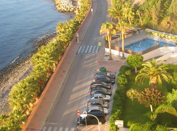 Pool og parkering