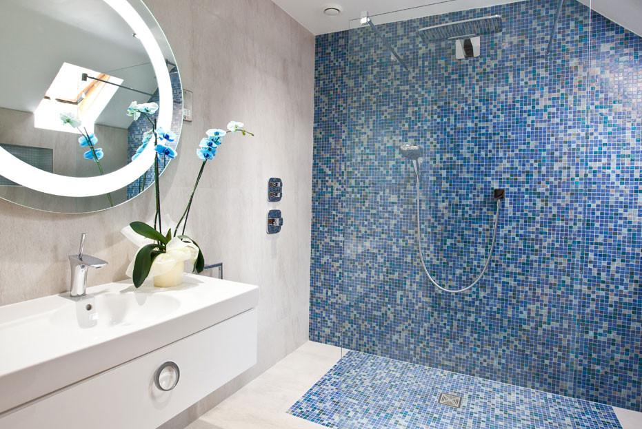 Blue mosaic tiles in en suite shower
