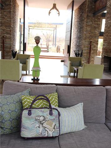 南アフリカ共和国のホテルのロビーにて