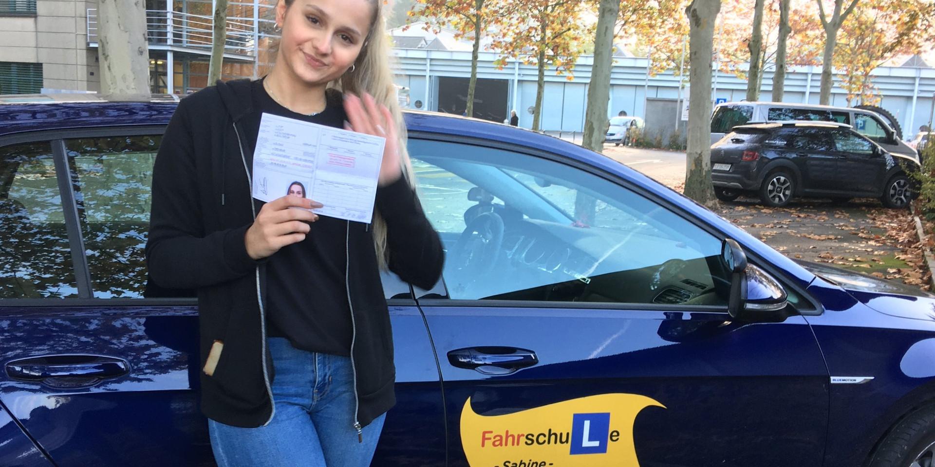 Sabine ist eine geduldige und unterstützende Fahrlehrerin, welche auf alle Bedürfnisse eingeht und mir die Angst vor dem Autofahren nahm. Ich kann Sie nur weiterempfehlen!