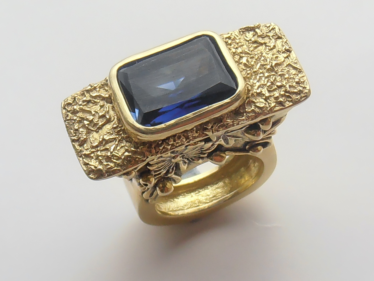 box_ring_with_sapphire-9080608