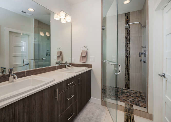 2526 W Argyle Place-small-026-41-Bathroo