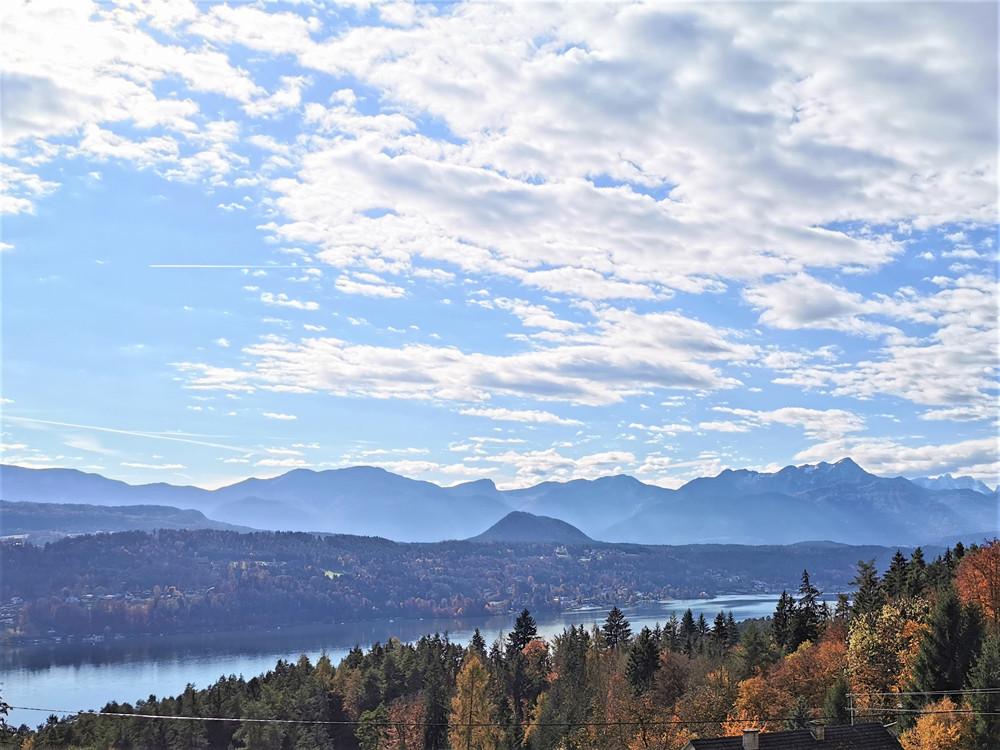 BAUGRUNDSTÜCKE mit Blick auf den Wörthersee und südlicher Berglandschaft