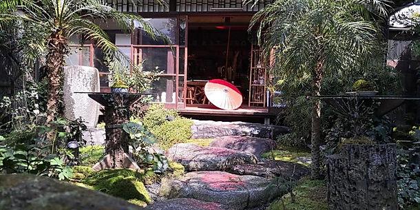 赤い傘と奥庭と別館.jpg