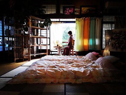 二階の客室と縁側和服.jpg