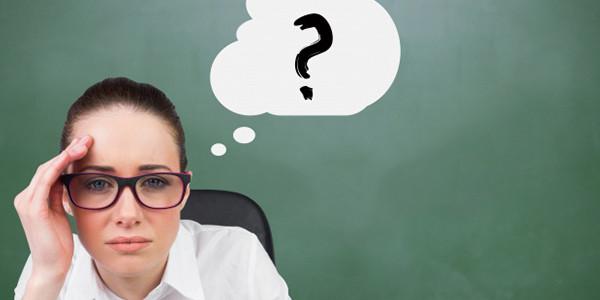 額をおさえて頭に思い浮かぶ疑問を考えている女性|副腎疲労HP