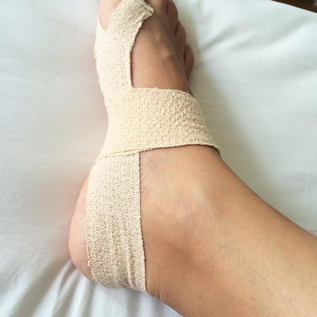 テーピングしてある足|副腎疲労HP