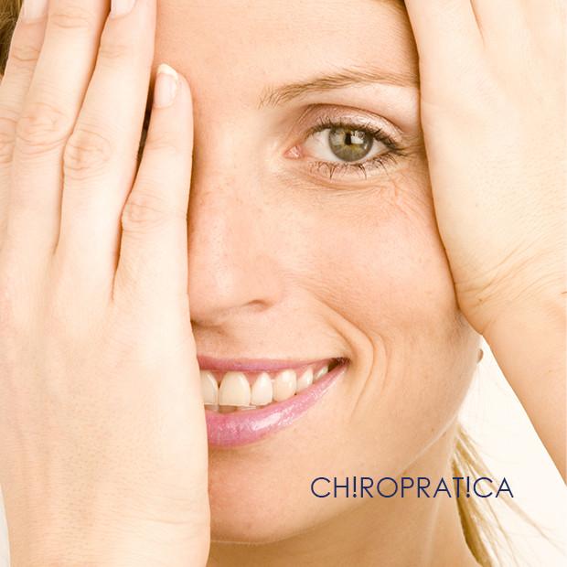女性が片目を隠している|副腎疲労HP