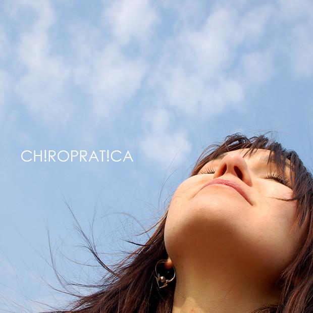 女性が青空に向かって深呼吸|副腎疲労HP