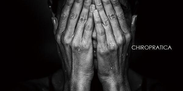 トラウマの恐怖で顔を手で覆っている女性|副腎疲労HP