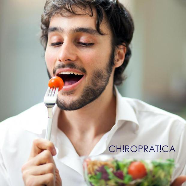 トマトを食べているスリムな男性|副腎疲労HP