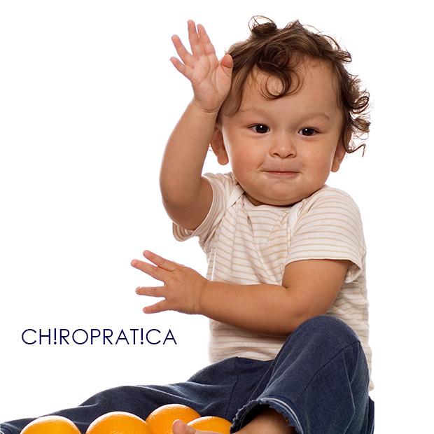 赤ちゃんが手を挙げている|副腎疲労HP