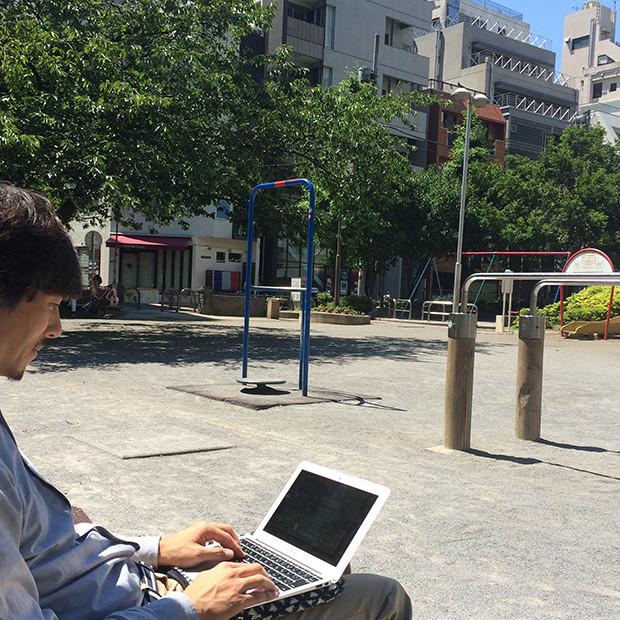 公園でパソコンをしている男性|副腎疲労HP