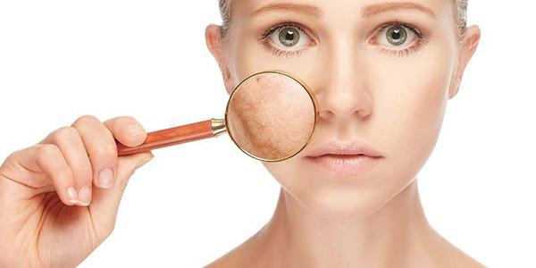 綺麗な女性の肌を虫メガネで見ている写真|副腎疲労HP